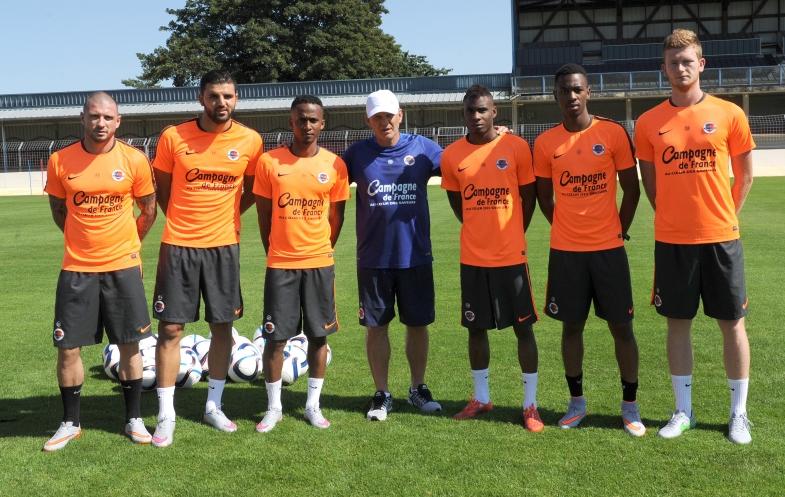 Patrice Garande pose avec les nouveaux visages du Stade Malherbe : les cinq premières recrues (Vincent Bessat, Syam Ben Youssef, Chaker Alhadhur, Jordan Nkololo, Florian Le Joncour) et le néo-pro Jordan Leborgne.