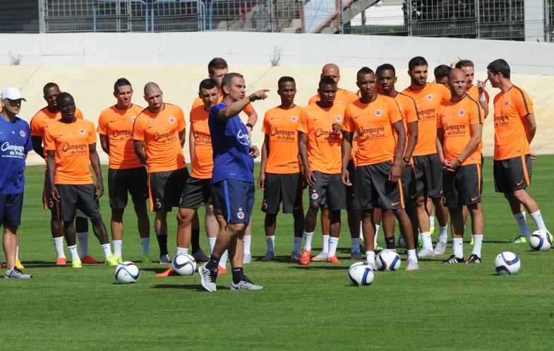 Sous le regard de Patrice Garande, Jean-Marie Huriez, son adjoint, donne les instructions au groupe caennais pour la première séance de la saison avec ballon.