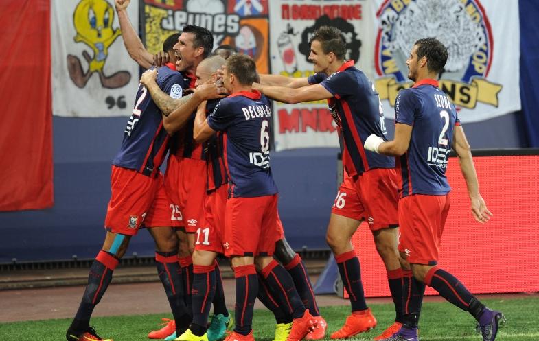 Auteur de l'ouverture du score puis à l'origine du second but, Julien Féret, enlacé par ses coéquipiers, hurle sa joie en direction des tribunes de d'Ornano.