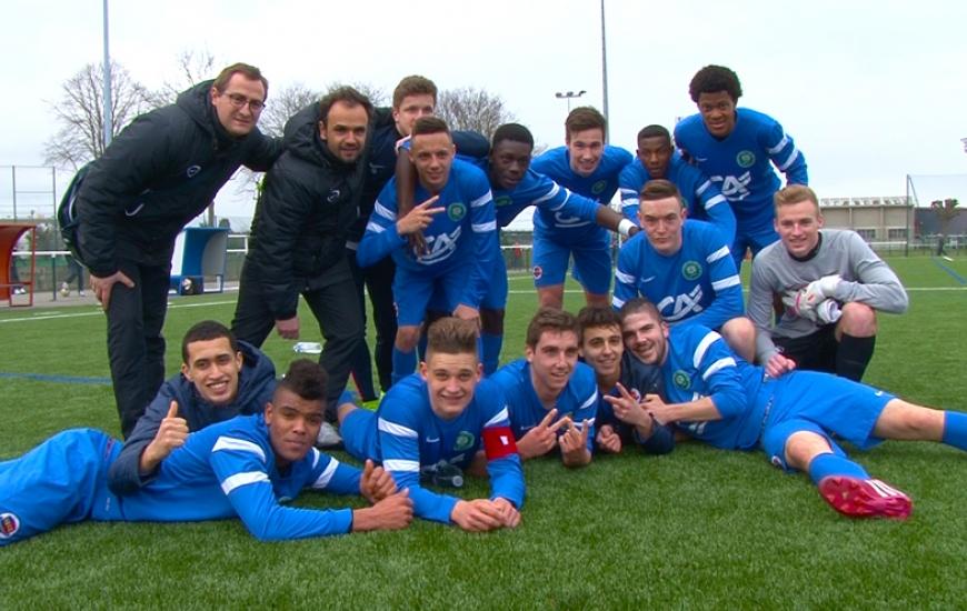 Les jeunes Caennais, accompagnés de Frank Dechaume et Arnaud Lesauvage, posent pour la photo après leur belle victoire face au RC Lens (2-0).
