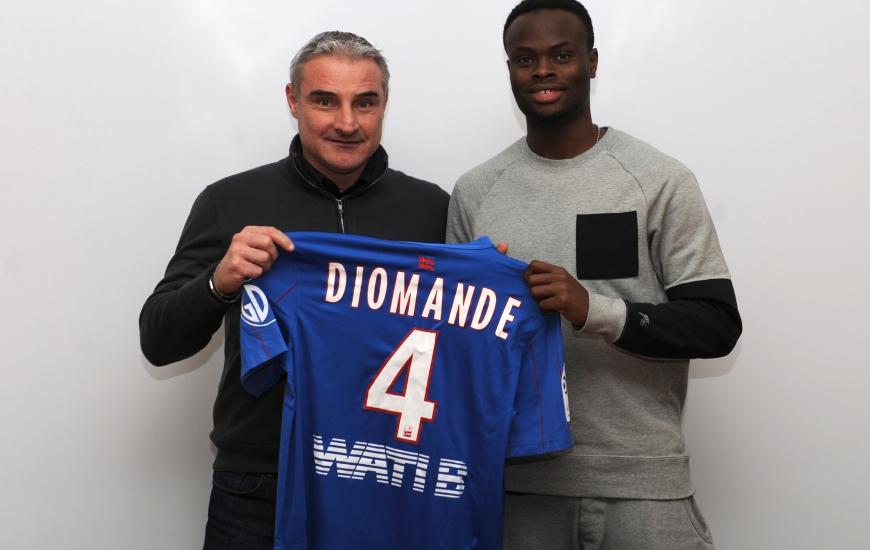 """Sous le maillot """"Bleu et Rouge"""", Ismaël Diomandé, ici, avec Alain Cavéglia, le directeur sportif du Stade Malherbe, portera le n°4."""