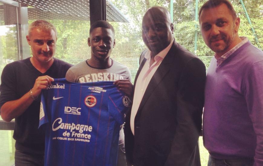 Jean-Victor Makengo en compagnie de son père, d'Alain Cavéglia et de Xavier Gravelaine, respectivement directeur sportif et directeur général du club normand, s'est engagé jusqu'en 2018 avec le Stade Malherbe.