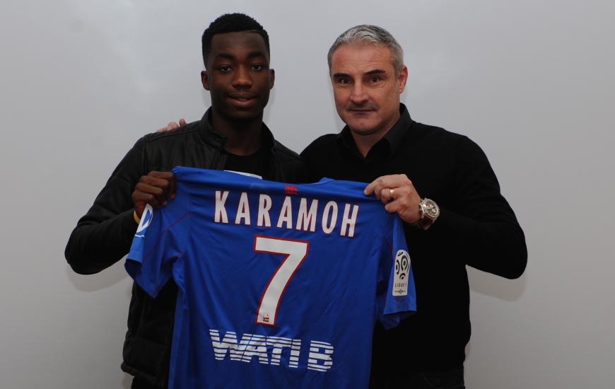 """Yann Karamoh qui pose, ici, au moment de la signature de son premier contrat """"pro"""" avec Alain Cavéglia, le directeur sportif du SMC, portera le n°7 avec le Stade Malherbe."""