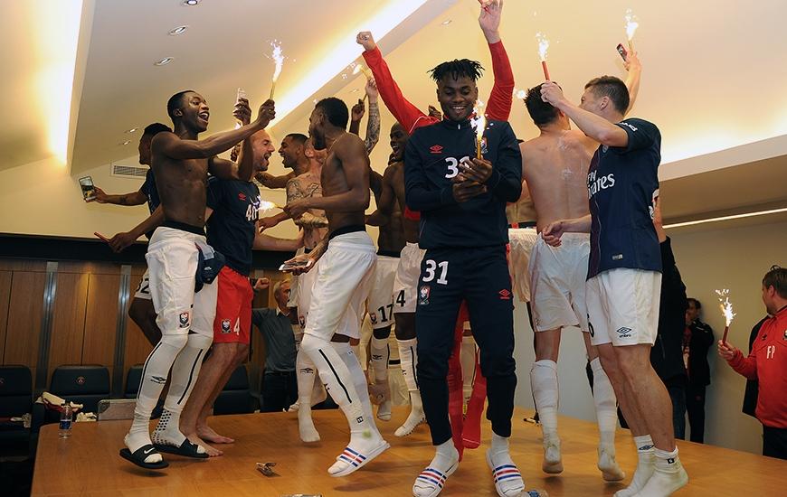 Dans le vestiaire du Parc des Princes, les Caennais - qui ont arraché leur maintien en obtenant le nul face au PSG - laissent éclater leur joie. Ils joueront toujours en Ligue 1 la saison prochaine.