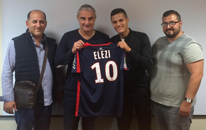 En compagnie, ici, entre autres, du directeur sportif Alain Cavéglia, Agon Elezi s'est engagé pour quatre saisons avec le centre de formation du Stade Malherbe.