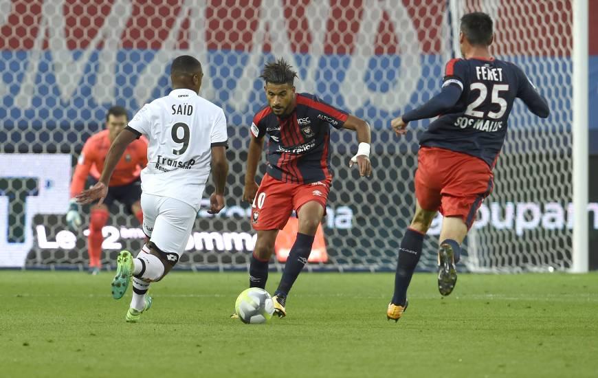 En récupérant le ballon dans le camp dijonnais, Youssef Aït Bennasser se trouve à l'origine de l'action ayant amené le penalty provoqué par Ivan Santini.