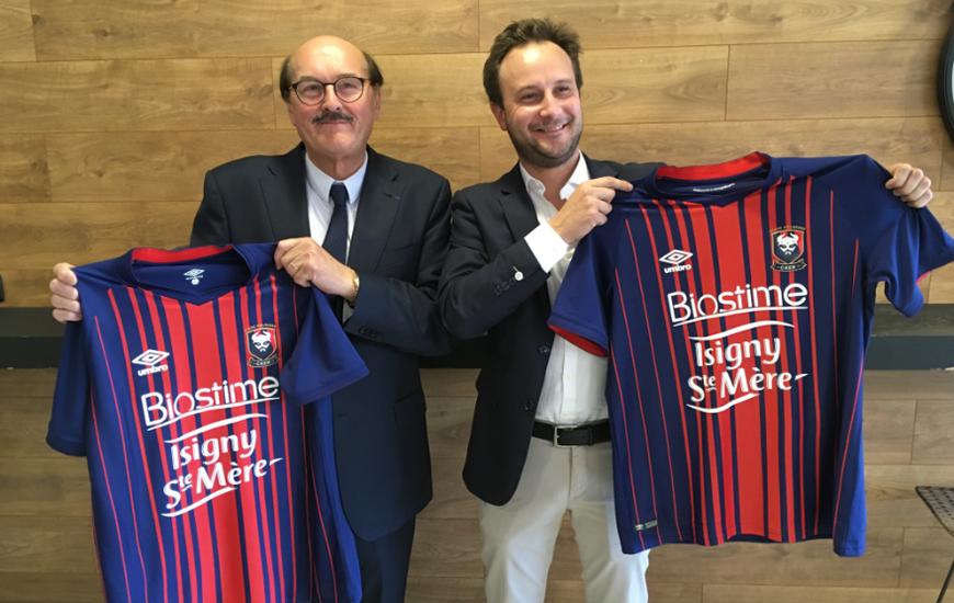 Daniel Delahaye, Directeur Général de la coopérative Isigny Sainte-Mère, et Charles Ravel, CEO de Biostime, posent avec les nouveaux maillots du SM Caen pour la saison 2018-2019.
