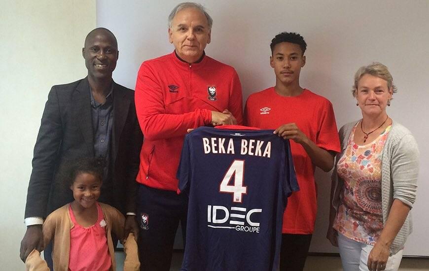 Alexis Beka Beka - ici, lors de la signature de son contrat de deux ans avec le Stade Malherbe - participera à deux matches pendant le rassemblement avec les mini-Bleus.