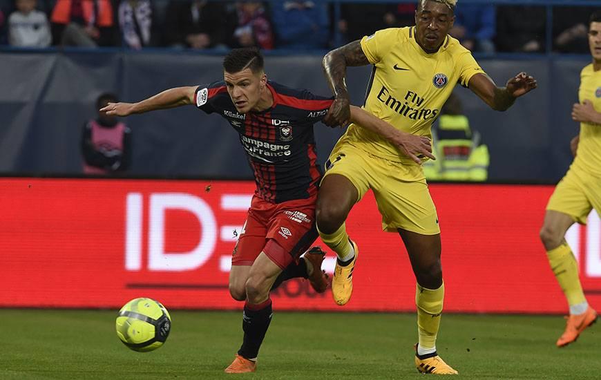 """Pour la deuxième fois cette saison, Frédéric Guilbert - ici, à la lutte avec le Parisien Presnel Kimpembe lors de la dernière journée - a été élu joueur du mois de mai par les supporters """"Bleu et Rouge""""."""