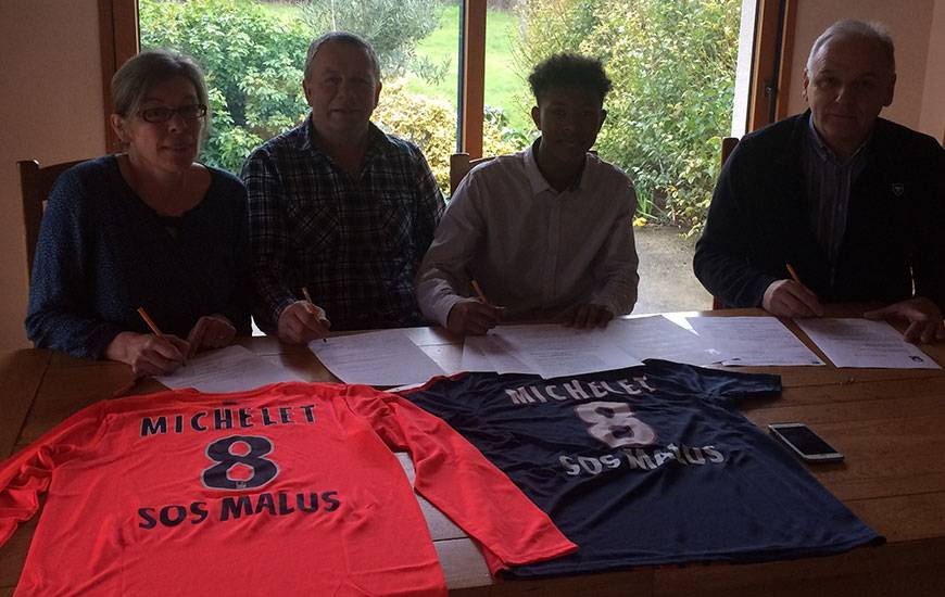 Pensionnaire du pôle espoirs de Ploufragan, Gabriel Michel - ici, avec ses parents et Francis De Taddeo, le directeur du centre de formation du SMC, lors de sa signature ce week-end - rejoindra le Stade Malherbe à partir de la saison prochaine.