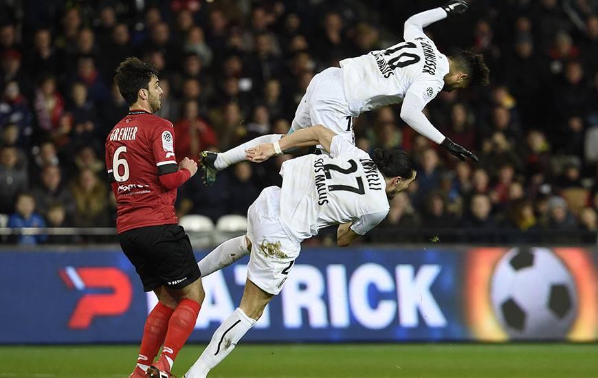Suite à un choc impressionnant avec Enzo Crivelli, Youssef Aït Bennasser a été contraint de sortir peu après le quart d'heure de jeu. KO, l'international marocain souffre également des adducteurs.