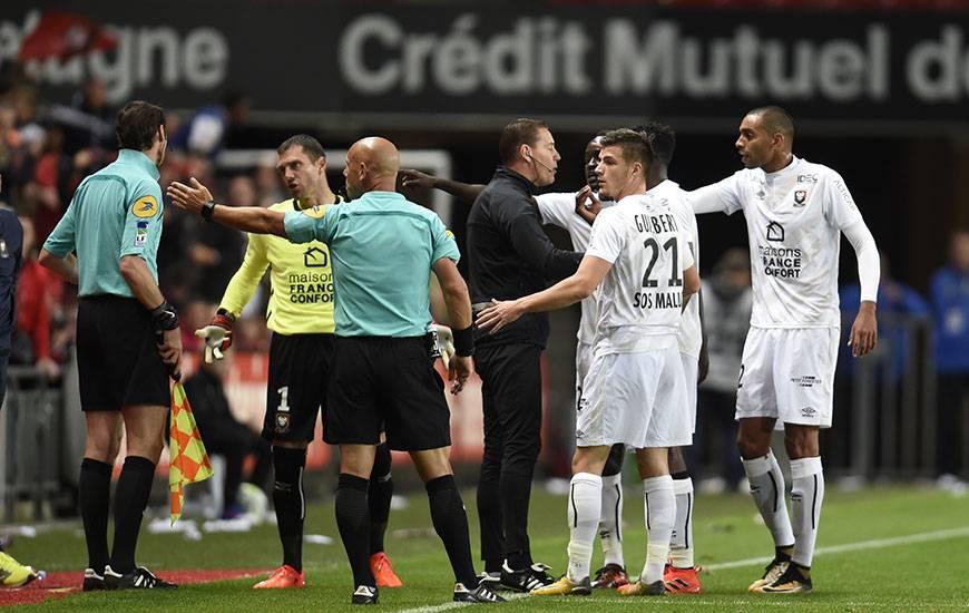 Lors de la 8e journée à Rennes, Caen avait failli être la victime d'une défaillance de la goal-line technology ; le système indiquant que le ballon avait franchi la ligne sur un corner de Wahbi Khazri alors que Rémy Vercoutre l'avait dégagé un mètre devant ses cages.