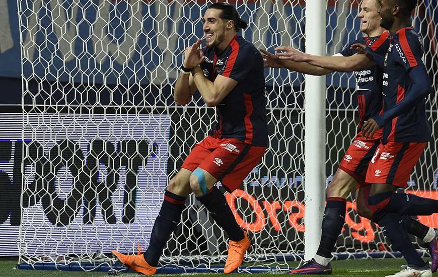 """Sur un centre de Frédéric Guilbert, Enzo Crivelli - auteur de l'ouverture du score - a marqué son premier but sous le maillot """"Bleu et Rouge"""" ; le quatrième contre Rennes, sa victime préférée en Ligue 1."""