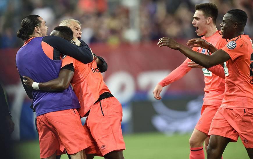 44'. Enzo Crivelli et Patrice Garande félicitent Ismaël Diomandé, auteur de l'égalisation contre le PSG juste avant la pause. Romain Genevois et Jessy Deminguet s'apprêtent à faire de même.