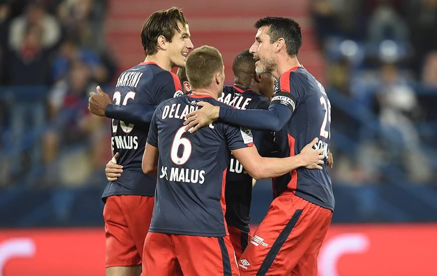 Jonathan Delaplace, Julien Féret et Hervé Bazile félicitent Ivan Santini. En transformant le penalty en force, l'attaquant croate - auteur de son troisième but de la saison - a conduit le club normand sur le chemin du succès.