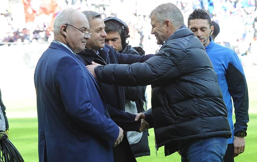 A l'exception de Bertrand Traoré et Jérémy Morel, Bruno Genesio - qui serre, ici, la main de Patrice Garande la saison dernière - dispose d'un groupe au complet.