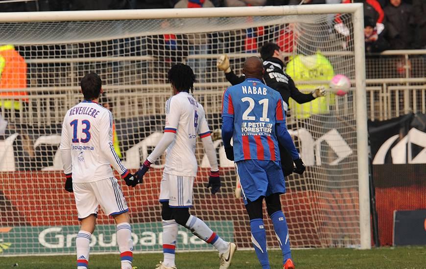 73'. Après s'être soulevé le ballon, Livio Nabab déclenche un tir en cloche qui vient lober Hugo Lloris sous le regard d'Anthony Reveillère et Bakari Koné. Le Stade Malherbe réalise le break.