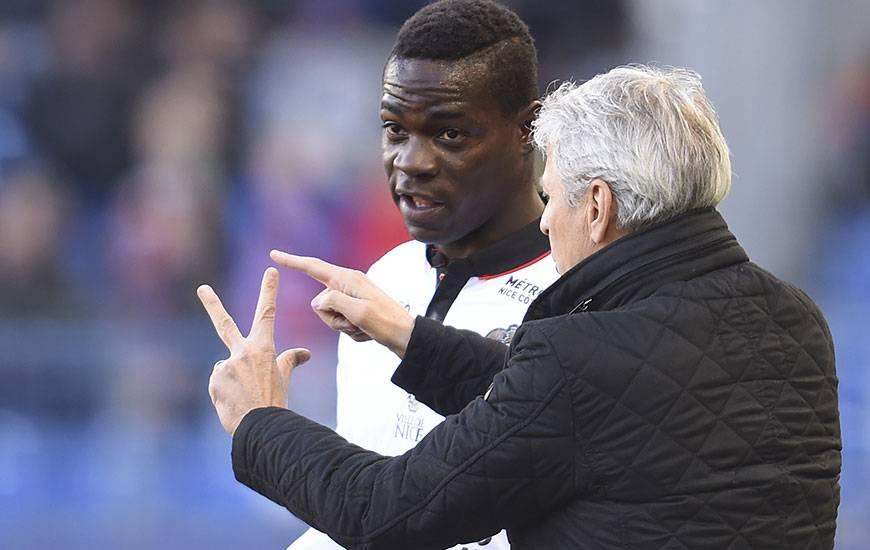 Avec 16 réalisations à son compteur en Ligue 1, Mario Balotelli - ici, avec son entraîneur Lucien Favre - a déjà inscrit un but de plus que la saison dernière en championnat.