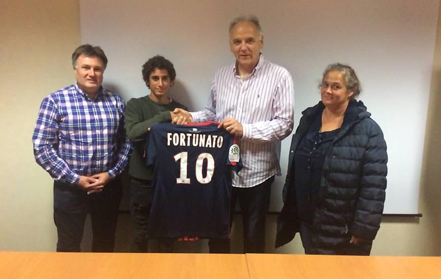 Evoluant en U17, Mario Fortunato (16 ans) - ici, en compagnie de ses parents et de Francis De Taddeo, le directeur du centre de formation du SMC - a prolongé de trois saisons son engagement avec le Stade Malherbe.