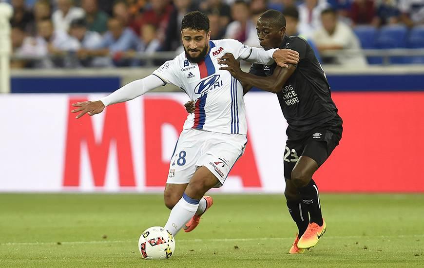 Auteur de 11 réalisationspour trois passes décisives en Ligue 1, Nabil Fékir - ici, à la lutte avec Mouhamadou Dabo la saison dernière - est impliqué dans 37% des buts lyonnais en championnat.