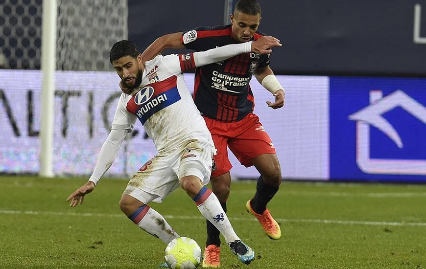 Insuffisamment remis de sa blessure au genou droit contractée contre Saint-Etienne fin février, Nabil Fékir - ici, à la lutte avec Alexander Djiku à l'aller - est forfait pour la réception du Stade Malherbe.