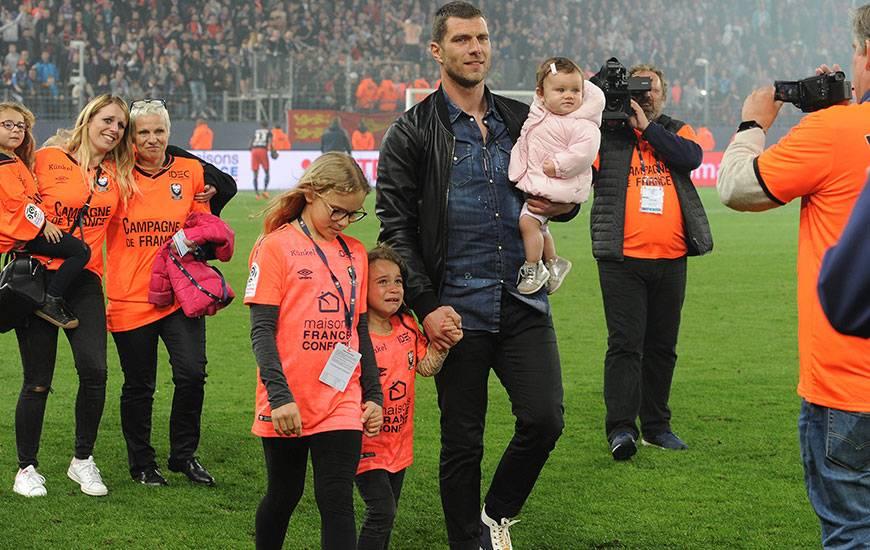 En compagnie de sa famille et de ses amis, Rémy Vercoutre - qui a annoncé sa retraite - a effectué un tour d'honneur avant de recevoir un hommage de la part du club caennais.