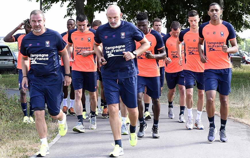 Emmenés par Jean-Marc Branger etJean-Marie Huriez, 14 joueurs dont la recrue belge Stef Peeters (au deuxième plan derrière Ronny Rodelin) ont effectué un footing d'une demi-heure à La Prairie.
