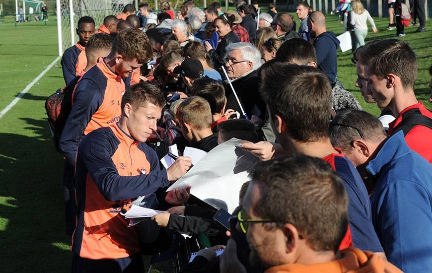 A la fin de l'entraînement, les Caennais ont réalisé une séance d'autographes pour le plus grand plaisir des 350 supporters présents au stade Claude-Marin à Thaon.