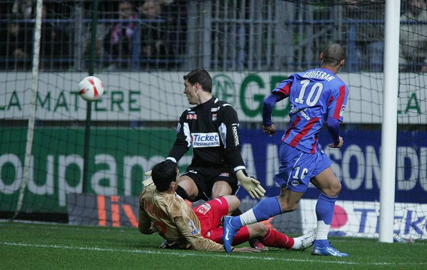 A l'image de ce but de Yoan Gouffran devant un certain Rémy Vercoutre dans les cages en décembre 2007, le Stade Malherbe a signé six succès en huit confrontations en Ligue 1 aux dépens de l'OL depuis le début des années 2000.