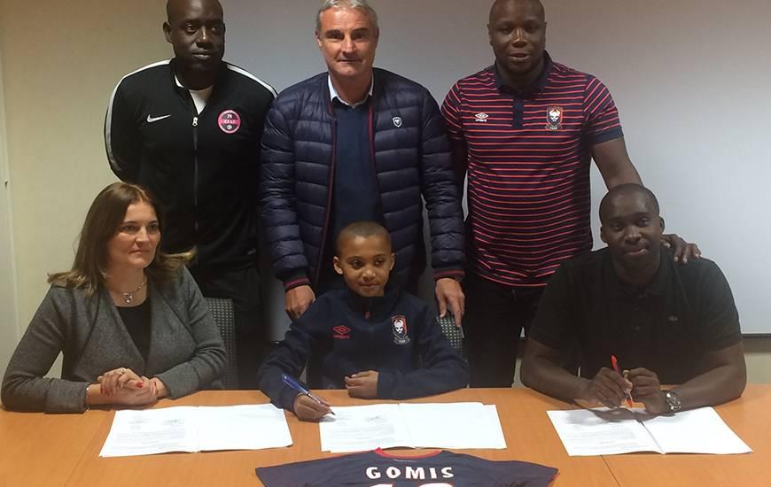 En marge du match de Ligue 1 entre le Stade Malherbe et Troyes, le 28 octobre, Tidiam Gomis (12 ans) s'est engagé avec le centre de formation du club normand en présence, entre autres, de ses parents et d'Alain Cavéglia, le directeur sportif du SMC.