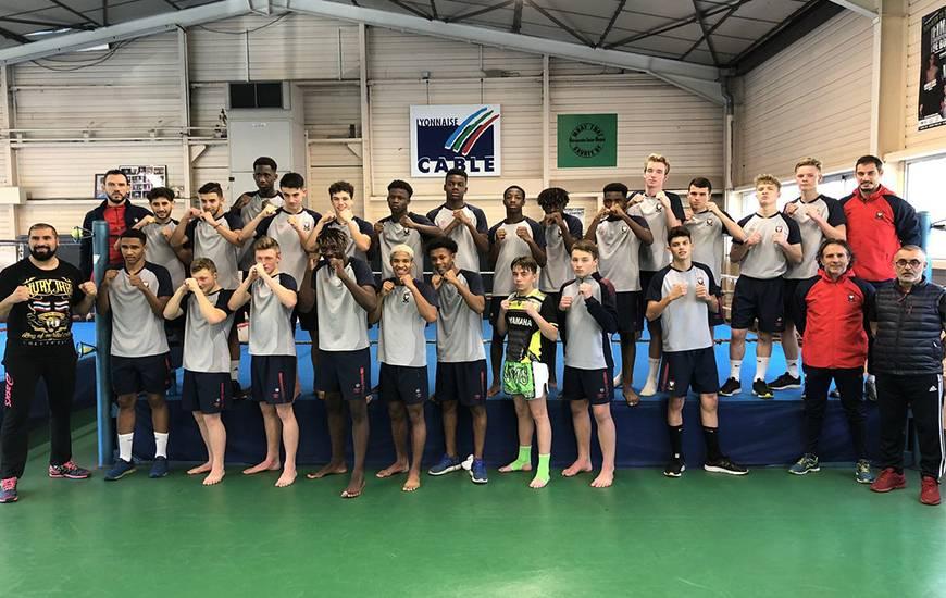 L'ensemble des joueurs U17 du Stade Malherbe accompagné de leurs éducateurs et des intervenants du club d'Hérouville Inter Boxes