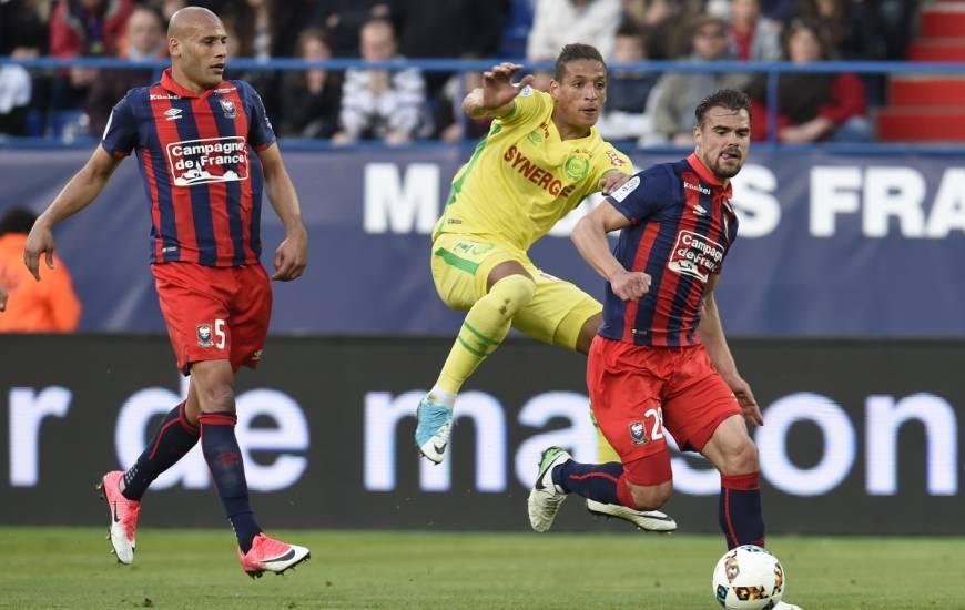 Yacine Bammou au duel avec Damien Da Silva et Alaeddine Yahia il y a deux ans avec le FC Nantes