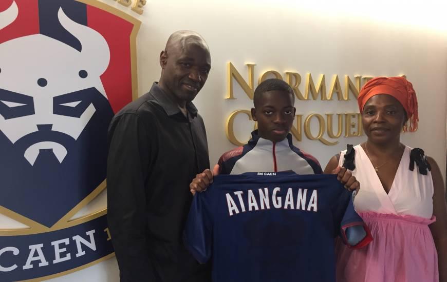 Le jeune Farel Atangana au moment de sa signature au Stade Malherbe Caen accompagné de ses parents