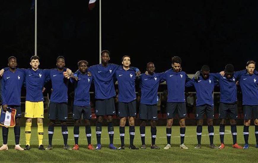 Jason Ngouabi (cinquième en partant de la gauche) et les U16 français lors d'un rassemblement avec la sélection nationale en février