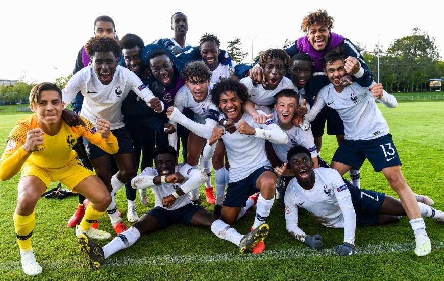 La joie de Johann Lepenant, Kelian Nsona et des U17 français après leur succès qualificatif face aux Pays-Bas