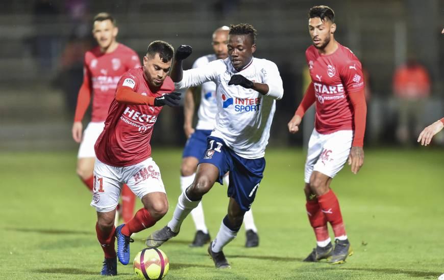 Casimir Ninga au duel avec Téji Savnier, l'attaquant caennais a eu l'occasion d'ouvrir le score en première période, sans réussite