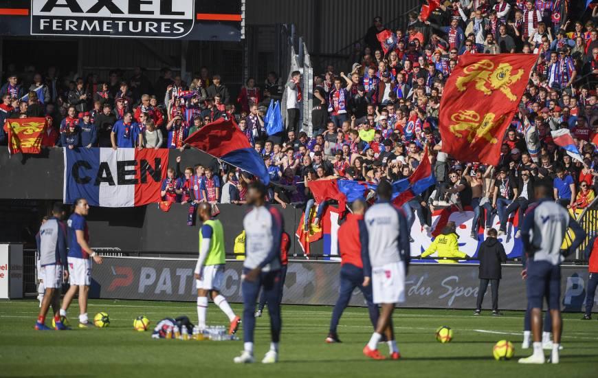 Les joueurs du Stade Malherbe Caen à l'échauffement devant près de 1 000 supporters présents à Guingamp