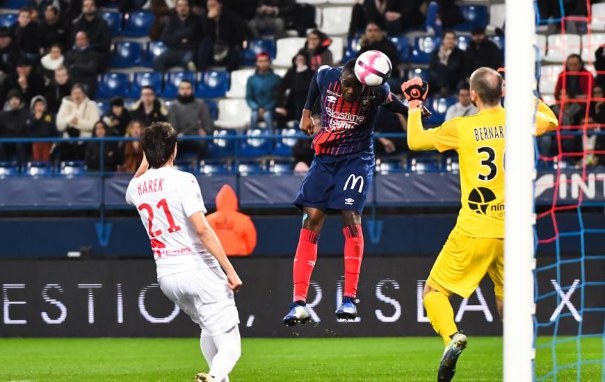 Prince Oniangué aurait pu égaliser rapidement après l'ouverture du score mais le capitaine caennais a trouvé le poteau de Paul Bernardoni