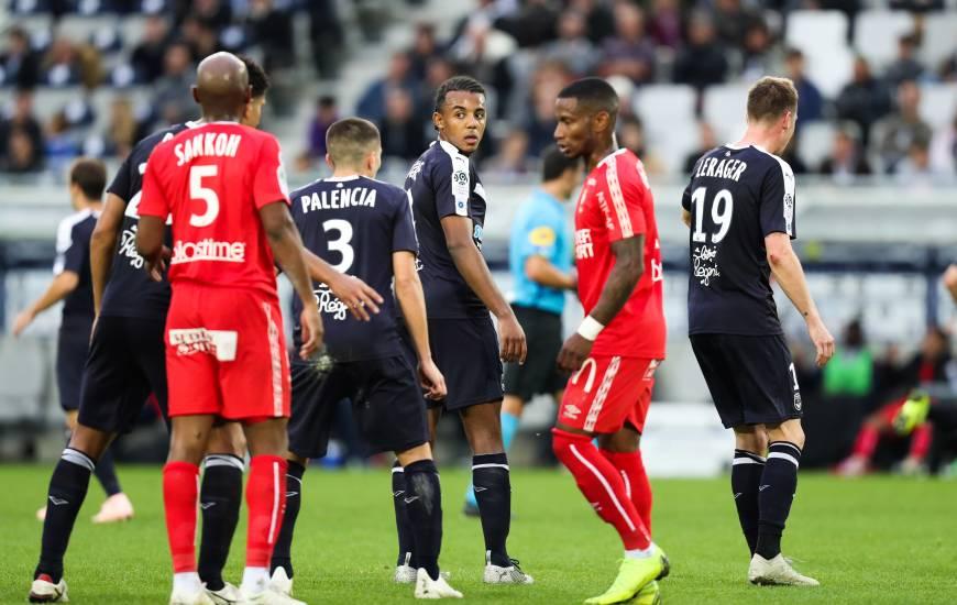 Le bordelais Jules Koundé attentifs devant Baisama Sankoh et Claudio Beauvue sur un corner pour le Stade Malherbe