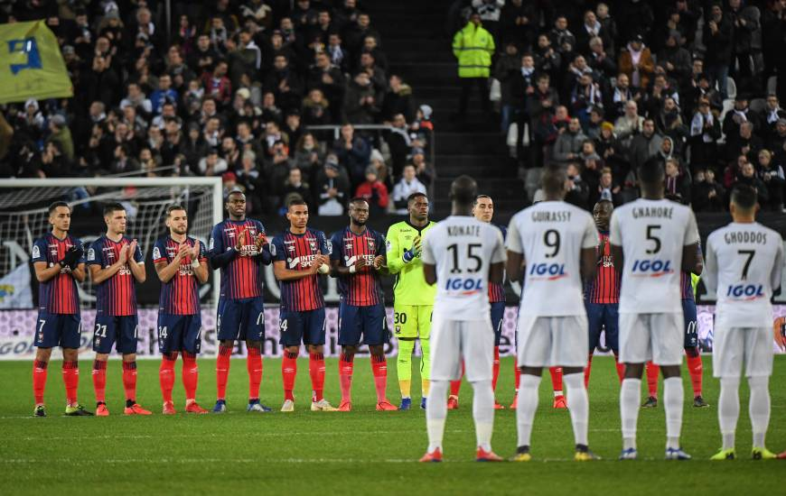 Les deux équipes ont respecté une minute d'applaudissements hier avant la rencontre à la mémoire d'Émiliano Sala