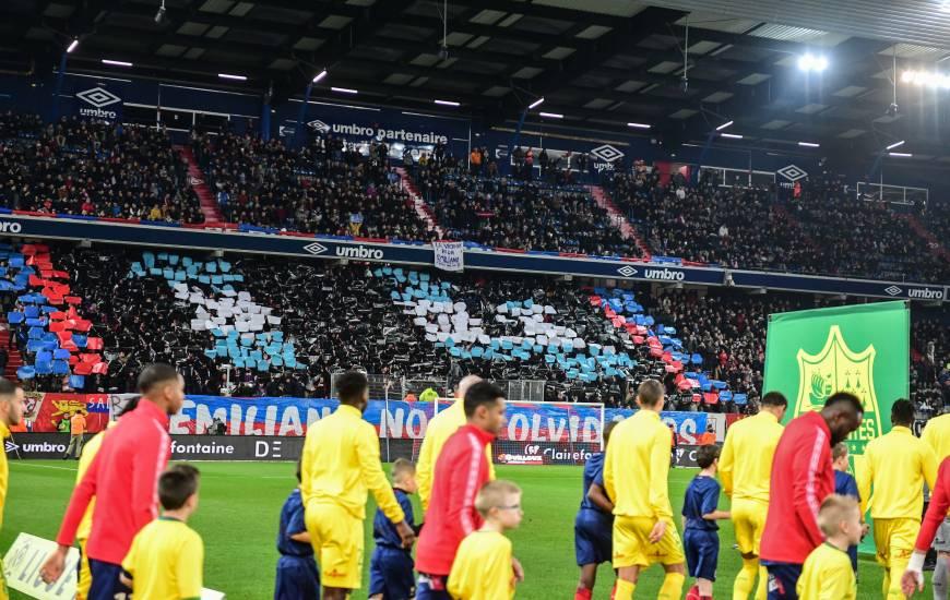 L'entrée des deux équipes hiers soir sur la pelouse de d'Ornano devant le tifo du MNK96 en hommage à Émiliano Sala