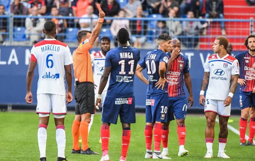 Johan Hamel arbitre de la rencontre face à l'Olympique Lyonnais au moment d'exclure Baïssama Sankoh pour son mauvais geste sur Rafael