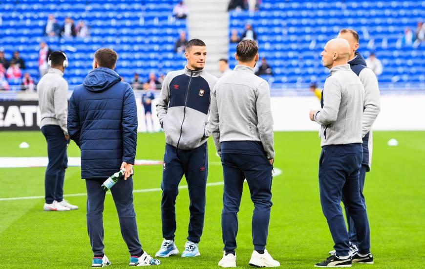 Les joueurs et le staff du Stade Malherbe Caen sur la pelouse du Groupama Stadium avant d'affronter l'OL samedi soir