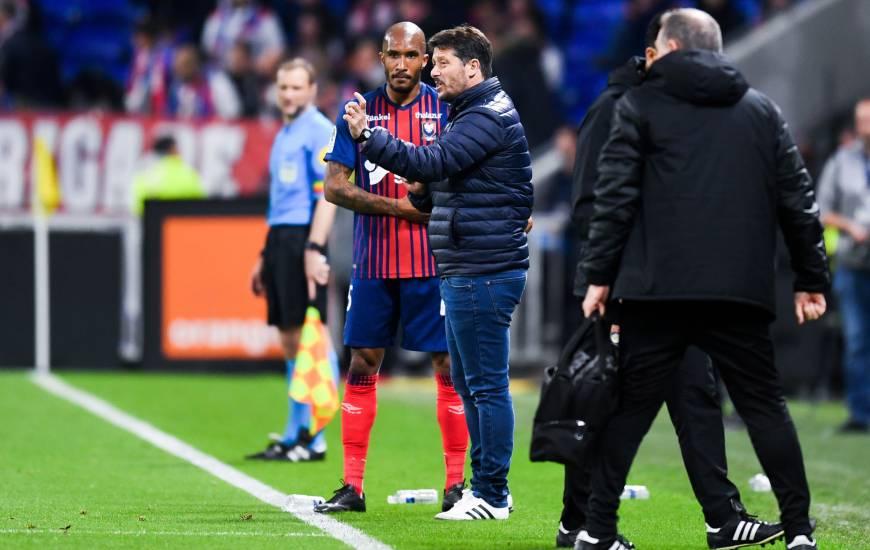 Fabien Mercadal donne ses consignes à Emmanuel Imorou samedi soir face à l'OL au Groupama Stadium