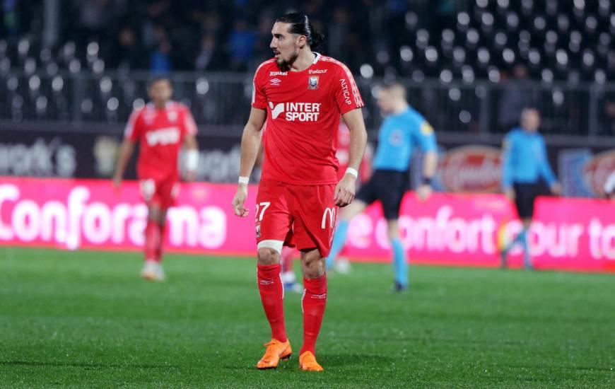 Alors qu'il n'a eu que 19 ballons à jouer samedi face au Nîmes Olympique, Enzo Crivelli aurait pour bonne idée de retrouver le chemin du but dimanche face aux Strasbourgeois