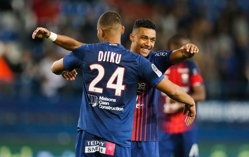L'accolade plein de joie entre Yoël Armougom et Alexander Djiku après la victoire face aux joueurs de l'Amiens SC