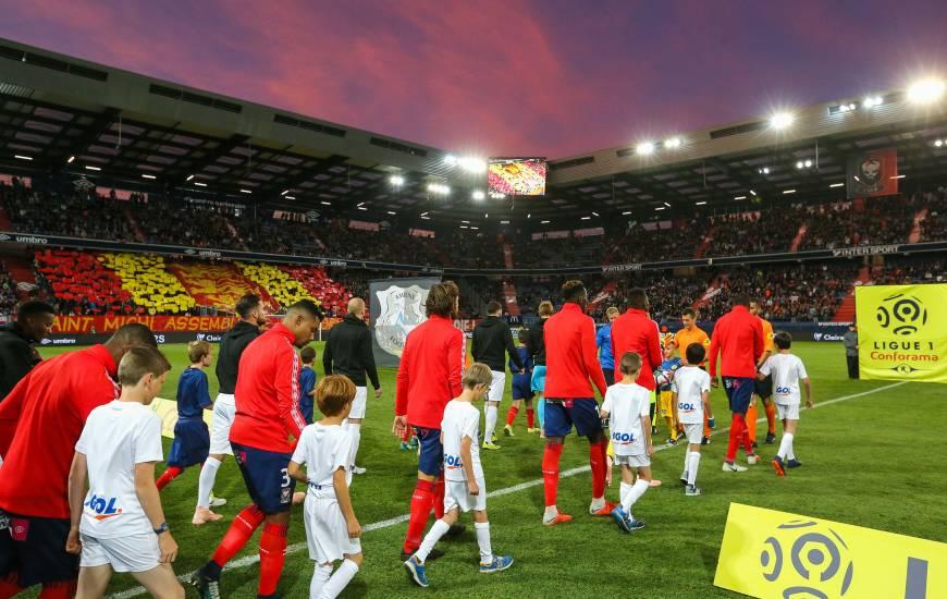 L'entrée des deux équipes sur la pelouse de d'Ornano avec le beau ciel rouge et bleu ainsi que le tifo réalisé par le MNK96