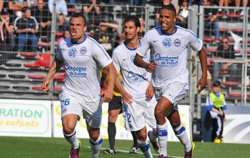 La joie de Yohan Mollo après son coup-franc inscrit sur la pelouse du Stade du Ray, la dernière victoire du Stade Malherbe Caen sur le terrain de l'OGC Nice