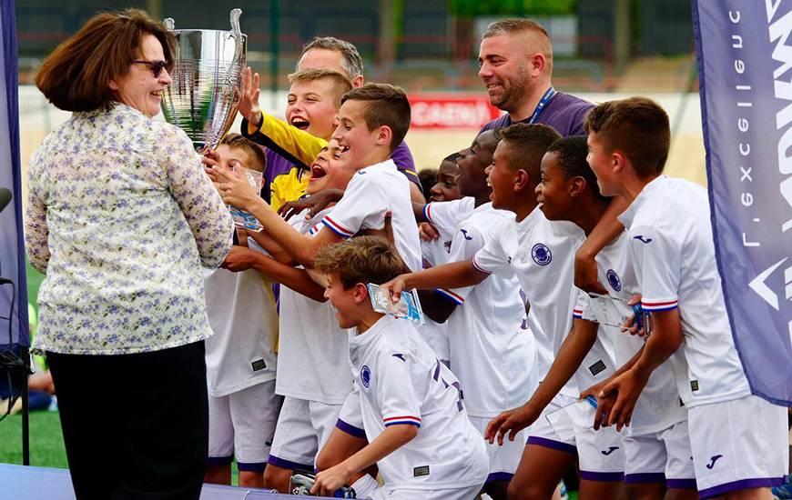 La joie des jeunes joueurs du Toulouse FC lors de la remise du Trophée Jean Pingeon, ils succèdent au Paris FC