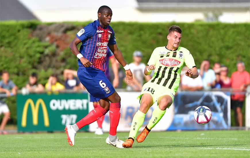 Prince Oniangué ici au duel avec Baptiste Santamaria a mis beaucoup d'impact dès le début de la rencontre face au Angers SCO avec qui il évoluait la saison dernière